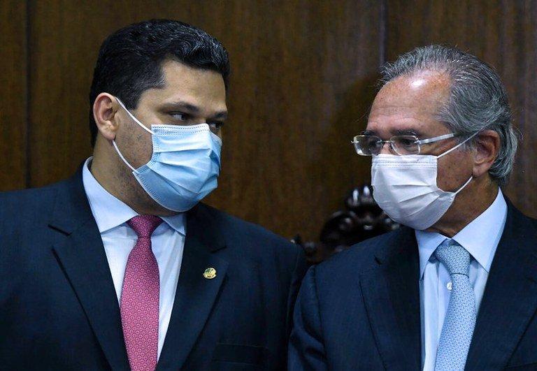 O ministro da Economia, Paulo Guedes entrega o texto da Reforma Tributária ao presidente do Senado Federal, Davi Alcolumbre. - Foto: EDU ANDRADE/Ascom/ME